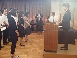 【女子社員代表への謝辞と記念品贈呈】
