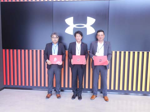 右から、三部営業部長、高橋社長、佐藤企画部長